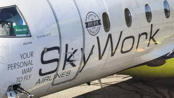 Ein Flugzeug von SkyWork Airlines auf dem Flughafen Bern-Belp. (Archivbild)