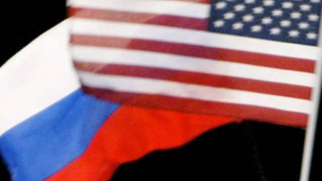 Flaggen Russlands (l.) und der USA: Die bilateralen Beziehungen verschlechtern sich (Symbolbild)