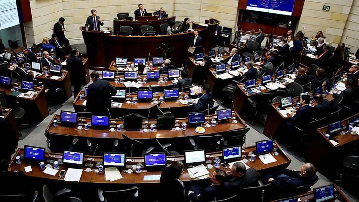 Der kolumbianische Senat hat das neue Friedensabkommen mit der FARC-Guerilla verabschiedet.