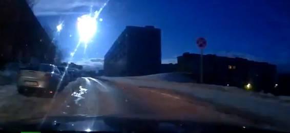 In diesem Moment verglüht der Meteorit am Horizont.