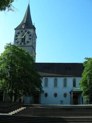 St. Peter, Wirkungsstätte von Lavater, mit seinem Grabstein an der Kirchenmauer