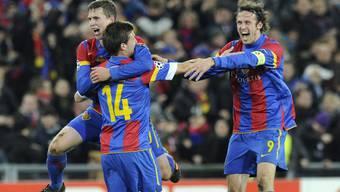 Fabian Frei, Valentin Stocker und Marco Streller (v.l.n.r.) feiern das 2:1 über Manchester United im «Joggeli».