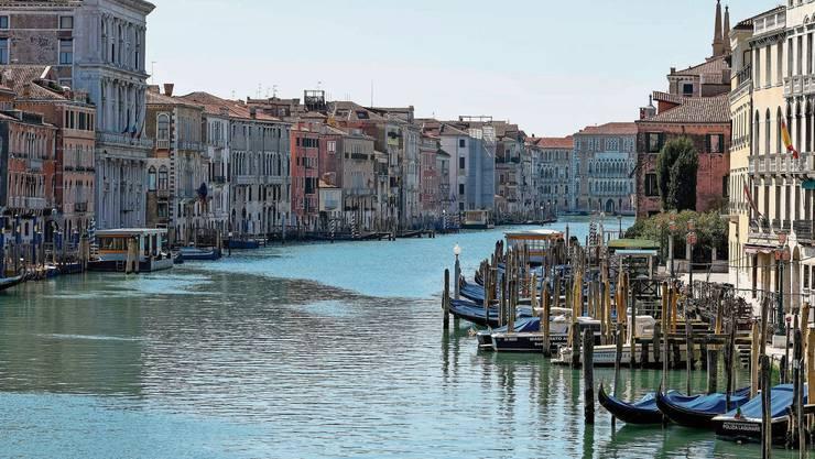 Die Welt ruht und die Natur atmet scheinbar auf. Das Wasser im Canale Grande in Venedig ist so klar wie sonst nie.