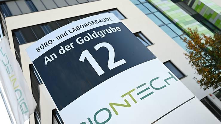 ARCHIV - Das Logo des Biotechnologie-Unternehmens «BioNTech» ist an einer Stele vor der Unternehmenszentrale angebracht. Die Mainzer Firma Biontech und der US-Pharmariese Pfizer haben bei der Europäischen Arzneimittel-Agentur (Ema) die Zulassung für ihren Corona-Impfstoff in der EU beantragt. Der Antrag auf eine bedingte Marktzulassung sei am Montag eingereicht worden, teilten Biontech und Pfizer am Dienstag mit. Foto: Arne Dedert/dpa