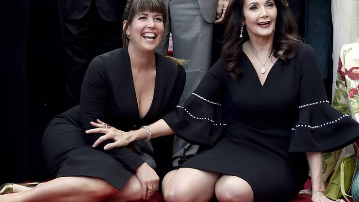 Schauspielerin Lynda Carter (rechts) freut sich mit Regisseurin Patty Jenkins über ihre Sternenplakette auf dem Walk of Fame in Los Angeles.