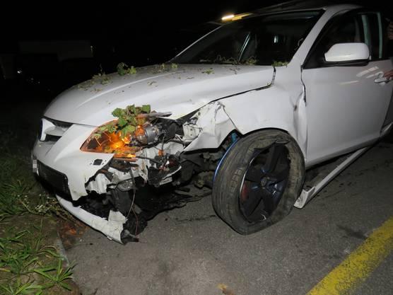 Rupperswil AG, 12. September: Ein junger Autofahrer verursachte aufgrund eines Ausweichmanövers einen Selbstunfall. Der Lenker blieb dabei unverletzt. Bei der Kollision mit einem Fahnenmast sowie mit einem parkierten Fahrzeug entstand ein Sachschaden von 10'000 Franken.