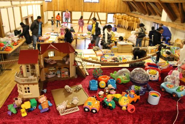 Neben diversen kleinen Spielsachen stehen in Schlieren auch ganze Puppenhäuser zur Auswahl