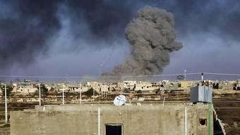 Rauch steigt auf, nach einem Luftangriff der US-geführten Koalition auf IS-Stellungen (Symbolbild)