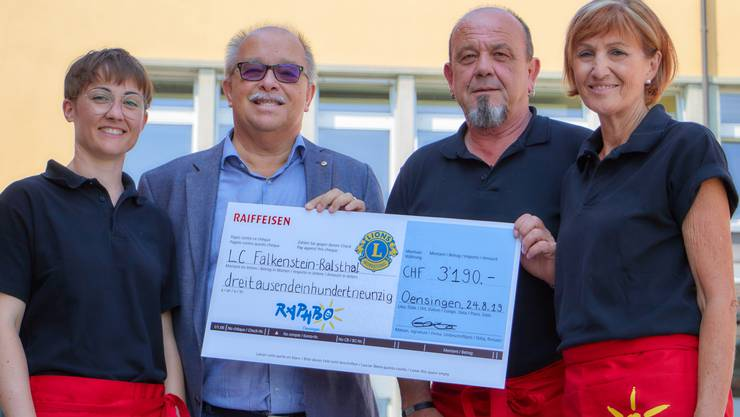 Lions-Club-Falkenstein-Präsident Jürgen Oswald (2.v.l) überreicht den Vertretern der IG Rapho Oensingen Andrea Burlet (links), Hansjörg Bobst (2.v.r.) und Marianne Hunziker (ganz rechts) den Check in Höhe von 3190 Franken.