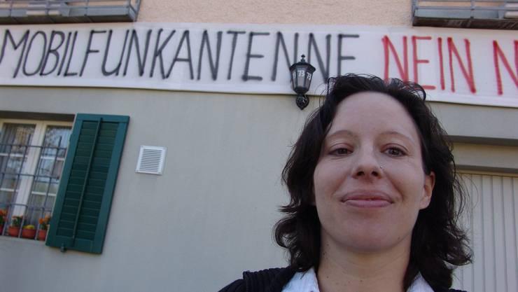 Silvia Enzler, vor ihrem Wohnhaus, das Zeichen des Kampfes zeigt (fuo)
