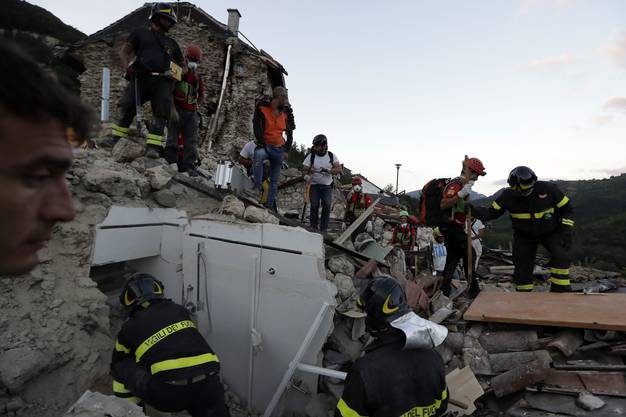 Überall wird nach Überlebenden gesucht. Fast 300 Menschen kommen ums Leben gekommen.