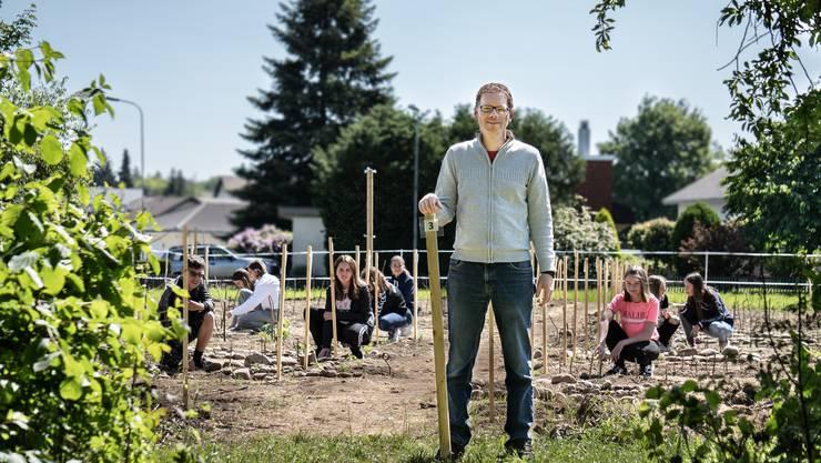 Thomas Amrein mit seinen Schülern auf dem Feld.