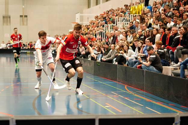 Der Finne Arttu Kukko (rechts, Basel) im Zweikampf um den Ball.