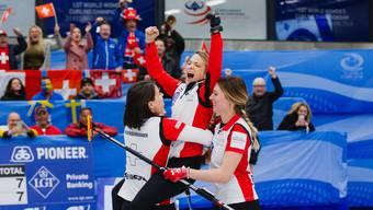 Silvana Tirinzoni (M.) jubelt mit Esther Neuenschwander und Melanie Barbezat.