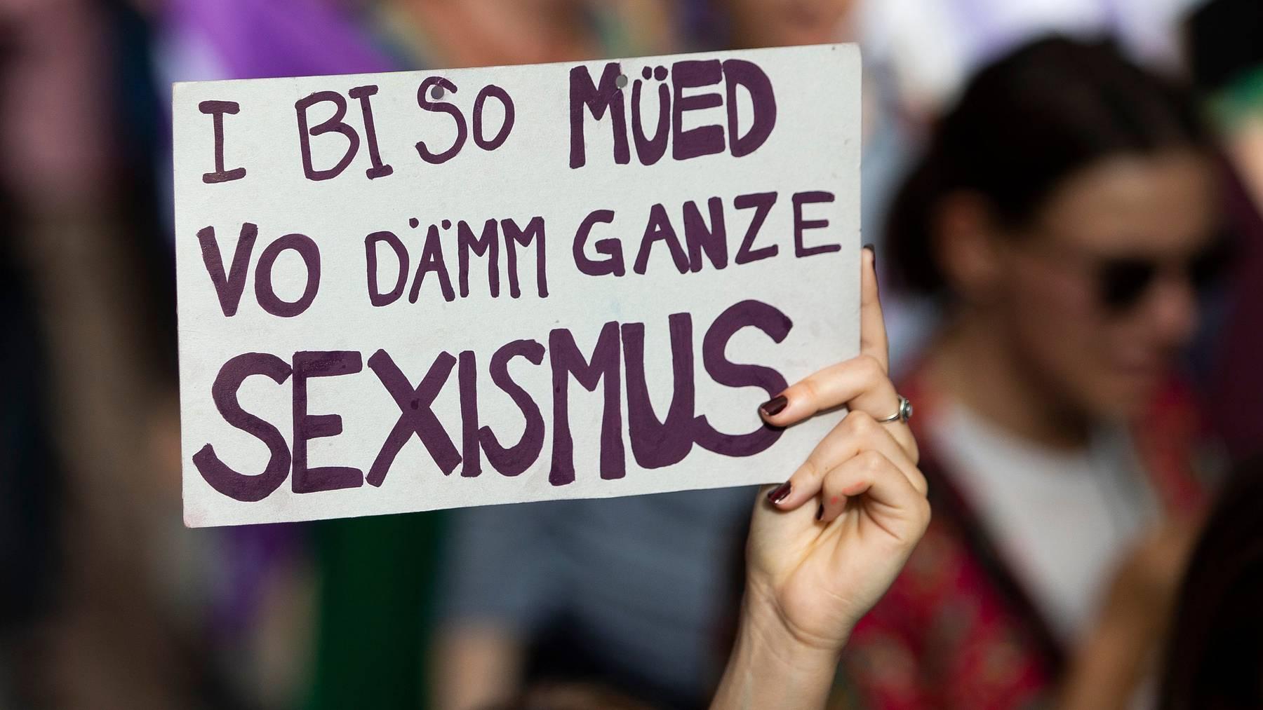 Eine Frau demonstriert am Frauenstreik von Juni 2019 gegen Sexismus.