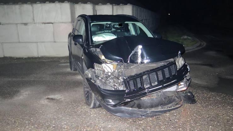 Das stark beschädigte Fahrzeug nach dem Selbstunfall in Allschwil.