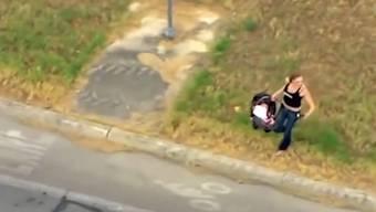 Mit der Baby-Trage in der Hand versuchte die Frau sogar noch, ein nächstes Fluchtauto zu kapern ...