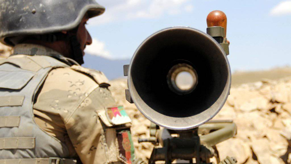 Ein afghanischer Polizist an der Durand-Linie, welche Pakistan und Afghanistan trennt. Zwischen den Armeen beider Länder kommt es in dem Gebiet immer wieder zu Scharmützeln. (Archiv)