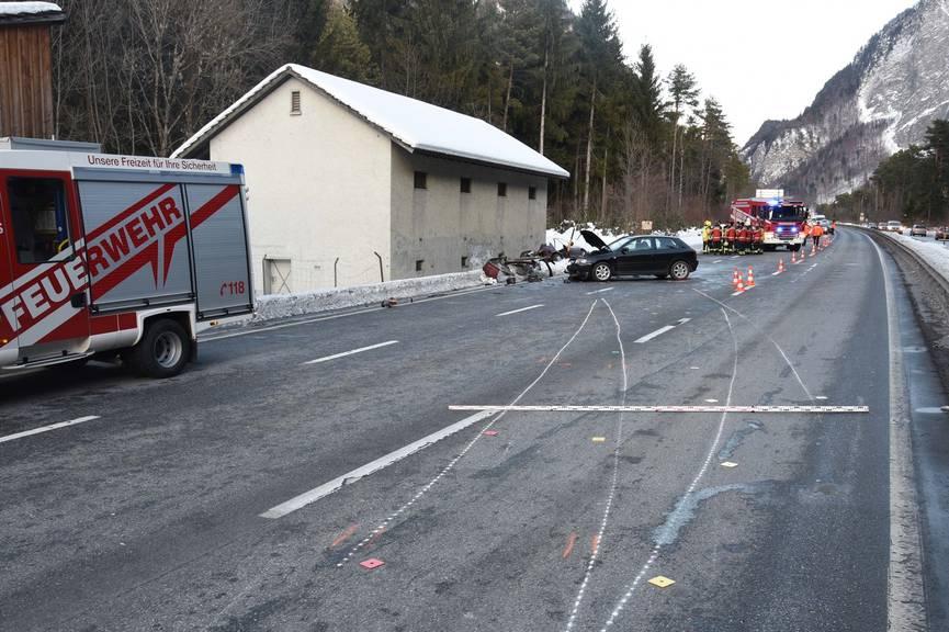 Das Auto des Mannes krachte in zwei Fahrzeuge, bevor es in einer Mauer zum Stillstand kam.