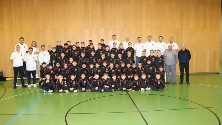 Gesamtfoto des Juniorenevents anlässlich der Uebergabe der neuen Vereinsausrüstung. Auf den Bild die Trainer mit ihren Junioren sowie die Vertreter der Sponsoren.