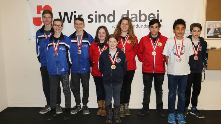 Alle Gewinner einer Medaille auf einem Foto.