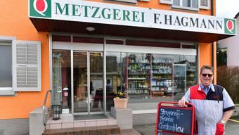 Fritz Hagmann vor seiner Metzgerei in Starrkirch-Wil, für die er einen Käufer sucht.
