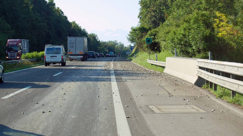 Lastwagen verliert Schotter auf der A2