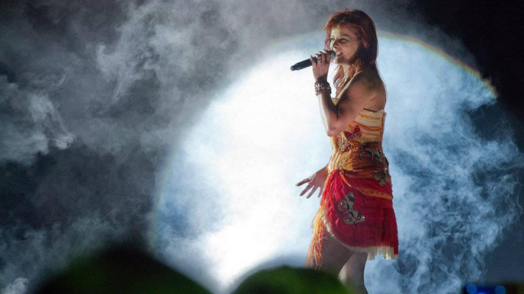 Andrea Berg hat sich bei einem Auftritt mit einem feuerspeienden Drachen die Schultern verbrannt (Archiv)