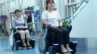 Selbstfahrende Rollstühle im Haneda-Airport in Tokyo bringen Passagiere zum Gate.