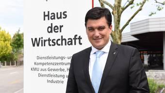 Christoph Buser vor seinem Reich: dem Haus der Wirtschaft am Liestaler Altmarkt.