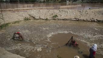 Aufräumarbeiten nach dem Dammbruch einer Samarco-Mine in Brasilien. Die Bergbaufirma trennt sich nun von rund 40 Prozent seiner Belegschaft. (Archivbild)