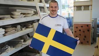 Lukas Berger mit einer selbst gemalten Schweden-Flagge.