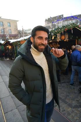 Eray Cömert im Gespräch am Weihnachtsmarkt.