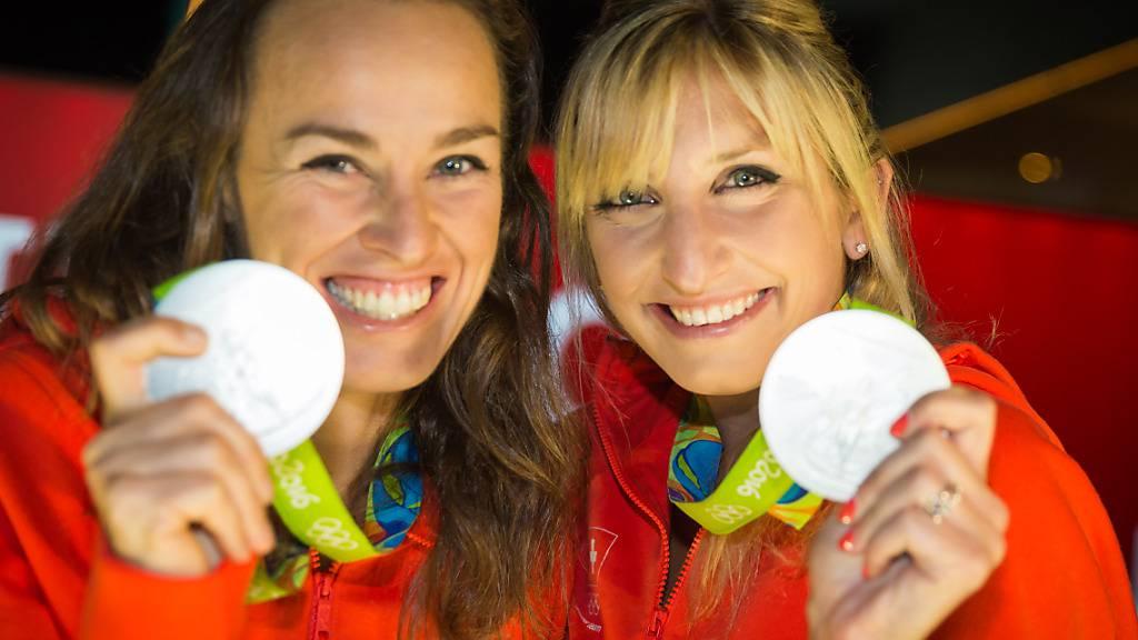 Fehlen in der Schweizer Olympia-Delegation nach ihrem Rücktritt: Timea Bacsinszky (rechts) und Martina Hingis (links) mit ihren Silbermedaillen vom Tennis-Doppel in Rio de Janeiro. (KEYSTONE/Praesenz Schweiz/House of Switzerland Brazil 2016)
