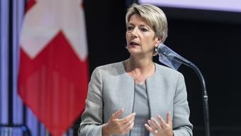Justizministerin Karin Keller-Sutter will die Reisefreiheit mit den Schengen-Staaten am 15. Juni wieder einführen.
