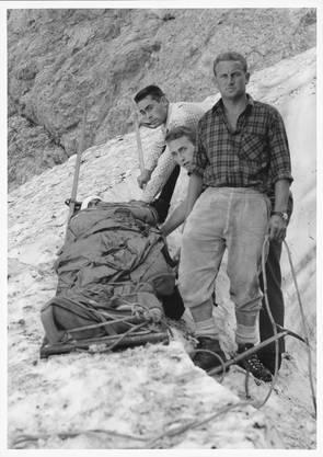 Dokumentation einer Rettungsübung: Ein verunglückter Bergsteiger wird auf dem Kanadierschlitten für den Abtransport vorbereitet – aufgenommen am 3. Juli 1966.