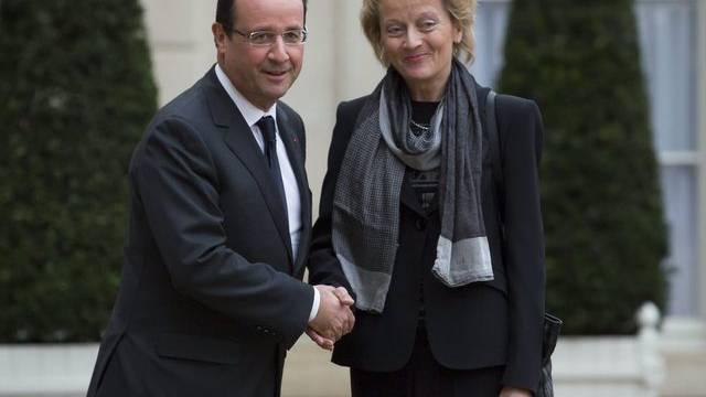 Bundespräsidentin Widmer-Schlumpf wird von Präsident Hollande in Paris empfangen