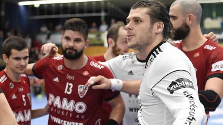HSC-Torhüter Dario Ferrante (r.), Milan Skvaril (l.) und die HSC-Teamkollegen beschwören das Kollektiv nach