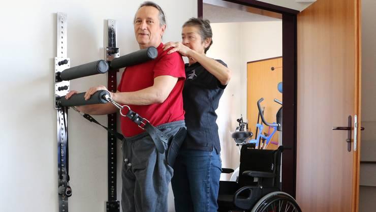 Dank der Apparatur kann Severin Salizzoni für einen Moment stehen. Das sei für den gesamten Körper sehr wichtig, sagt die Therapeutin.