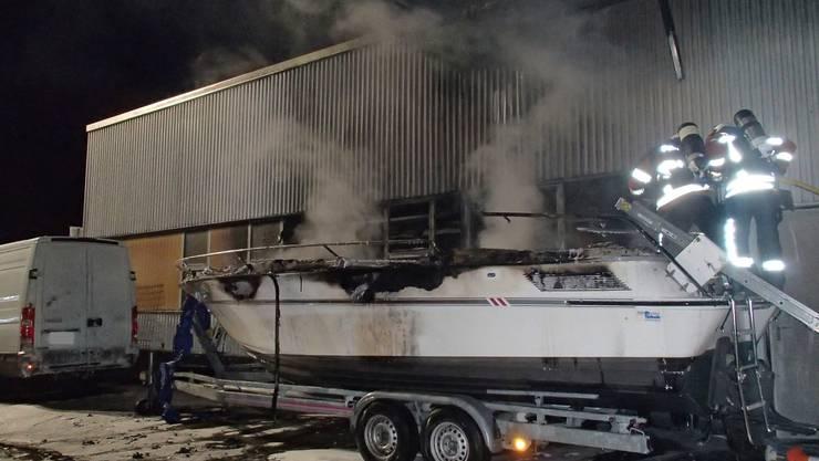 Am frühen Montagmorgen geriet ein Boot in Reinach in Brand.