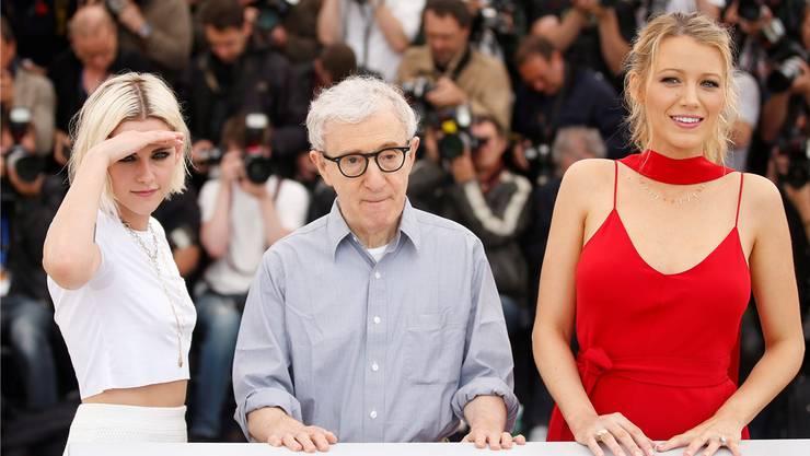 Kristen Stewart, Woody Allen und Blake Lively posieren in Cannes für den neuen Allen-Film «Café Society». GUILLAUME HORCAJUELO/Keystone