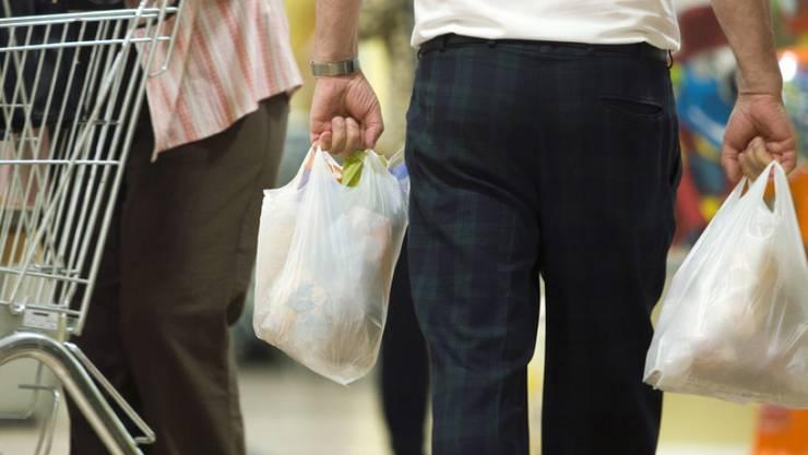 Die Zeiten der Gratis-Plastiksäckli sind weitgehend passé. Bei den meisten grossen Detailhändlern kosten die kleinen Rascheltüten inzwischen 5 Rappen. (Symbolbild)