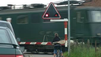 Zwar kam kein Zug, aber der zwischen den Schranken gefangene Traktor wurde beschädigt. (Symbolbild)