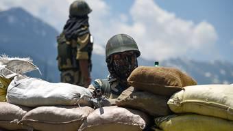 ARCHIV - Soldaten der indischen Grenztruppen halten Wache. Gut zwei Monate nach den tödlichen Zusammenstößen zwischen Soldaten Indiens und Chinas gibt es neue Spannungen. Foto: Idrees Abbas/SOPA Images via ZUMA Wire/dpa