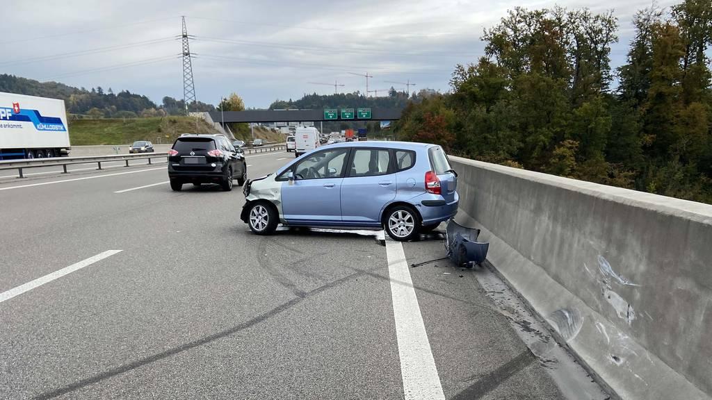 Autofahrer muss auf A1 ausweichen und prallt in Brückenmauer