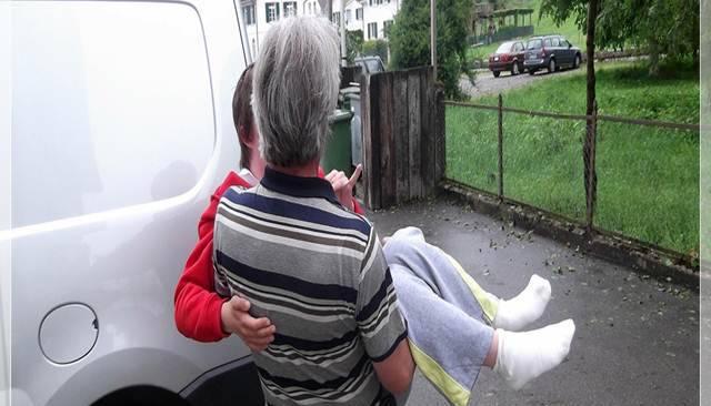 Sie sucht ihn sitze im rollstuhl