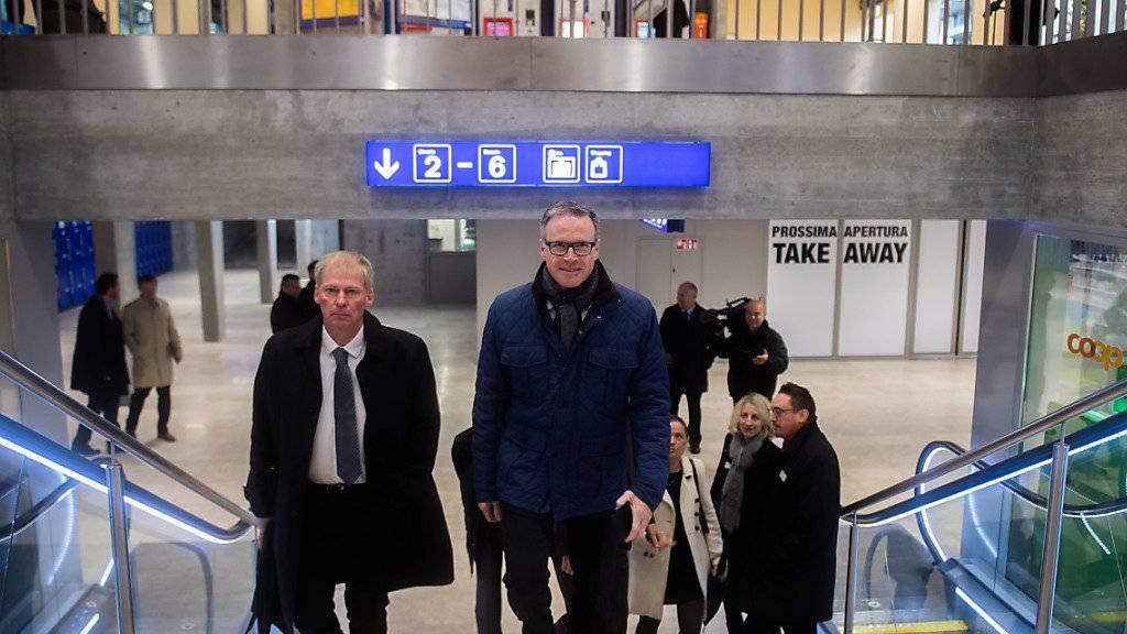 SBB-Chef Andreas Meyer (rechts) und der Tessiner Staatsrat Claudio Zali (links) haben den sanierten Bahnhof Bellinzona am Freitag offiziell eröffnet.