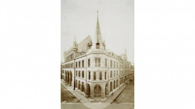 Das Postgebäude im Jahr 1895 (Ecke Rüdengasse/Freie Strasse). Damals gehörte es noch dem Kanton Basel-Stadt, ehe es 1904 in den Besitz der Eidgenossenschaft überging. Foto: MUSEUM FÜR KOMMUNIKATION