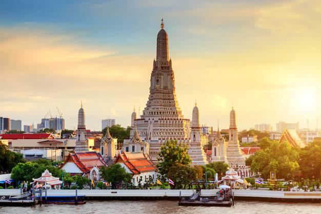 Sawadeekha! Bern–Zürich Flughafen per Zug, und dann an Bord der Swiss oder Thai Airways nach Bangkok. In der thailändischen Megastadt mit 8,2 Millionen Einwohnern nächtigt die Familie, die nur mit Rucksäcken angereist ist, in einfachen Unterkünften. Sie erkundet in ihren Backpacker-Ferien Sehenswürdigkeiten wie die liegende Buddha-Statue im Wat-Pho-Tempel vor allem per Velo und zu Fuss.