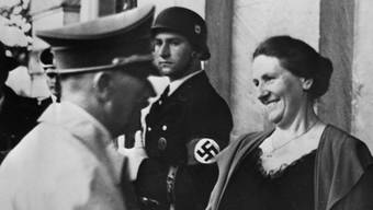 Winifred Wagner begrüsst 1939 Adolf Hitler (Archiv)